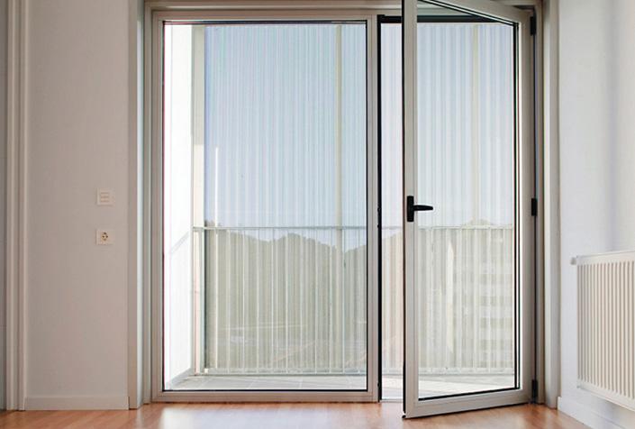 carpintera aluminio puerta abatible